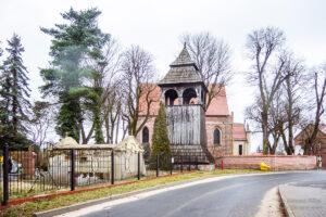 Ceradz Kościelny: Kościół, cmentarz - Parafia pw. św Stanisława Biskupa i Męczennika fot. Tomasz Koryl / www.pol-and.com