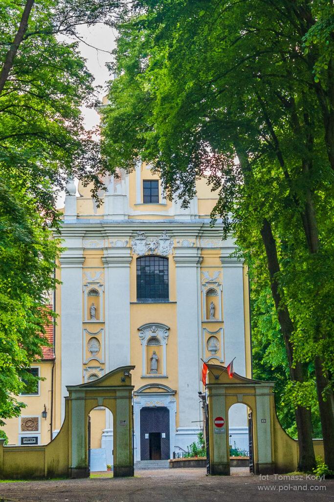 """Klasztor Franciszkanów w Woźnikach na wzgórzu """"Wyrwał"""" fot. Tomasz Koryl / www.pol-and.com"""